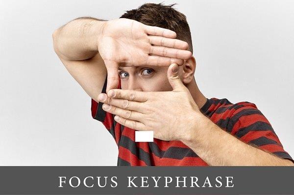 mladić sa dlanovima koji pokazuju fokus