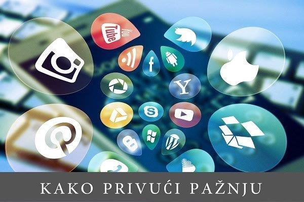 zamagljena slika pametnog telefona sa isrtanim ikonicama društvenih mreža