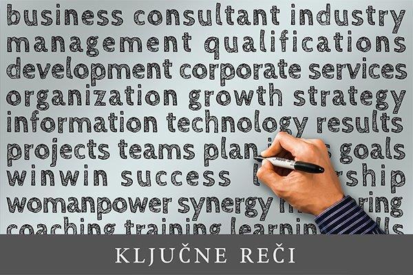 ruka sa olovkom koja je ispisala brojne termine vezane za biznis i poslovanje
