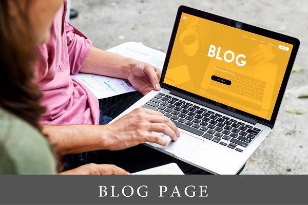 laptop u krilu devojke na čijem ekranu je blog stranica